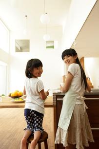料理をする姉妹の写真素材 [FYI02061369]
