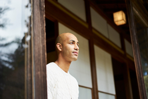 縁側から外を眺める外国人男性の写真素材 [FYI02061371]