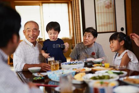 食事をする三世代家族の写真素材 [FYI02061375]