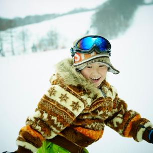 スノーボードを楽しむ男の子の写真素材 [FYI02061380]