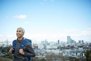 外国人男性と仙台市の街並みの写真素材 [FYI02061408]