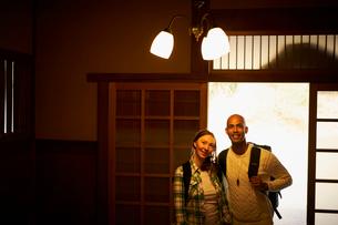 玄関に立つ外国人カップルの写真素材 [FYI02061409]