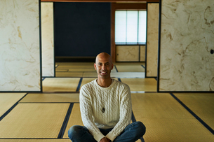和室に座る外国人男性の写真素材 [FYI02061417]