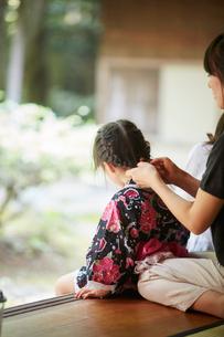 母親に髪を結ってもらう浴衣姿の女の子の写真素材 [FYI02061434]