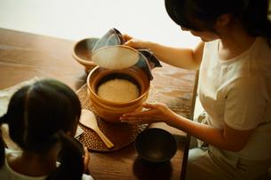 土鍋の蓋を開ける母親と女の子の写真素材 [FYI02061437]