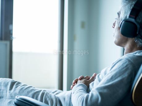 ヘッドフォンで音楽を聴くシニア男性の写真素材 [FYI02061440]