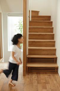階段の側を走り回る女の子の写真素材 [FYI02061448]