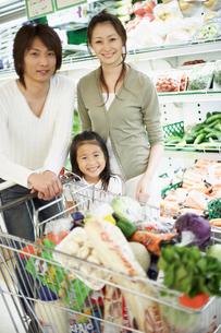 スーパーで買い物をする家族の写真素材 [FYI02061452]