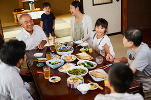 食事をする三世代家族の写真素材 [FYI02061459]