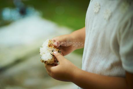おにぎりを持つ女の子の手元の写真素材 [FYI02061460]