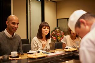 寿司屋で食事をする外国人の写真素材 [FYI02061480]