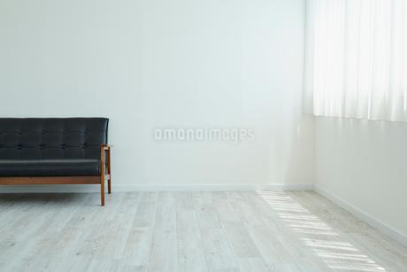 黒いソファーと窓の写真素材 [FYI02061490]