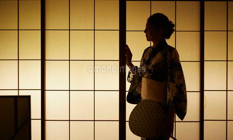 障子と浴衣姿の女性の写真素材 [FYI02061492]