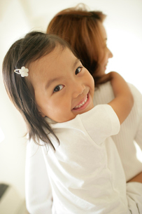 お母さんに抱きつく女の子アップの写真素材 [FYI02061510]