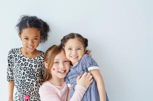 フェイスペインティングをした外国人の女の子3人の写真素材 [FYI02061514]