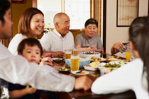 食事をする三世代家族の写真素材 [FYI02061521]