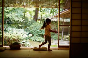縁側を歩く女の子の写真素材 [FYI02061529]