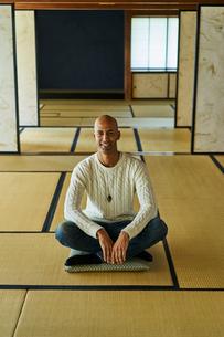 和室に座る外国人男性の写真素材 [FYI02061536]