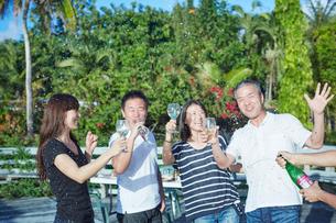シャンパンシャワーを楽しむ2組の夫婦の写真素材 [FYI02061546]