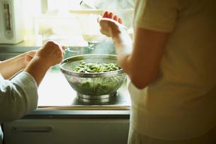 茹で立ての枝豆と母親と娘の写真素材 [FYI02061549]
