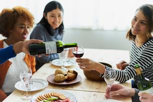 ホームパーティーをする外国人と日本人の写真素材 [FYI02061590]