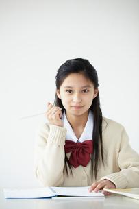 勉強をする女子学生の写真素材 [FYI02061595]