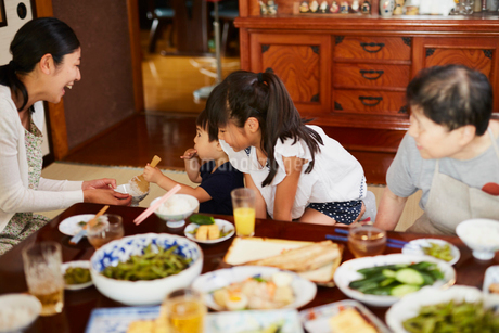 食事をする三世代家族の写真素材 [FYI02061613]