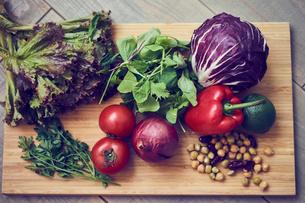 まな板の上のいろいろな野菜の写真素材 [FYI02061617]