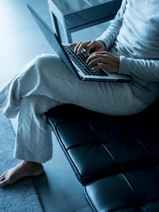 ノートパソコンを操作するシニア男性の写真素材 [FYI02061632]