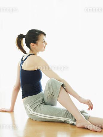 ストレッチをする女性の写真素材 [FYI02061647]