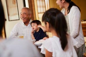 食事をする三世代家族の写真素材 [FYI02061661]