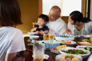 食事をする三世代家族の写真素材 [FYI02061669]