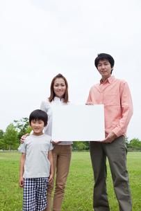 ホワイトボードを持つファミリーの写真素材 [FYI02061705]