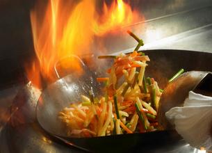 中華鍋で作る炒め物の写真素材 [FYI02061706]