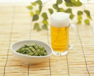 ビールと枝豆(だだちゃ豆)の写真素材 [FYI02061716]