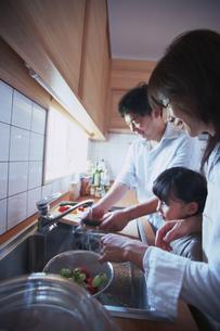 キッチンの家族の写真素材 [FYI02061731]
