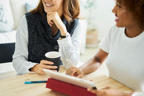 ミーティングをする外国人女性と日本人女性の写真素材 [FYI02061741]