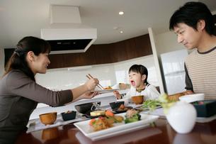 食事をするファミリーの写真素材 [FYI02061744]