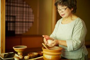 おにぎりを作るシニア女性の写真素材 [FYI02061747]