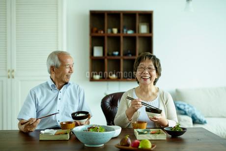 食事をするシニア夫婦の写真素材 [FYI02061758]