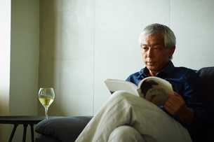 本を読むシニア男性の写真素材 [FYI02061759]