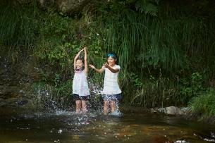 川遊びをする女の子2人の写真素材 [FYI02061766]