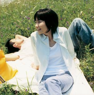 ピクニックでくつろぐカップルの写真素材 [FYI02061795]