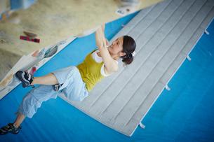 ボルダリングをする女性の写真素材 [FYI02061803]