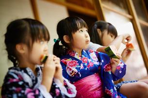 スイカを食べる浴衣姿の女の子3人の写真素材 [FYI02061830]