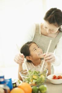 サラダを作るお母さんと子供の写真素材 [FYI02061839]