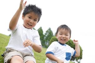 芝生に座る男の子2人の写真素材 [FYI02061853]