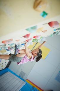 ボルダリングをする女の子の写真素材 [FYI02061855]
