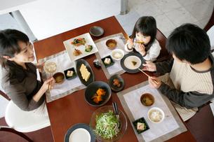 食事をするファミリーの写真素材 [FYI02061857]