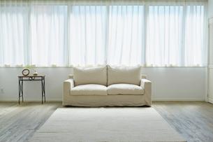 窓とソファーとサイドテーブルの写真素材 [FYI02061865]